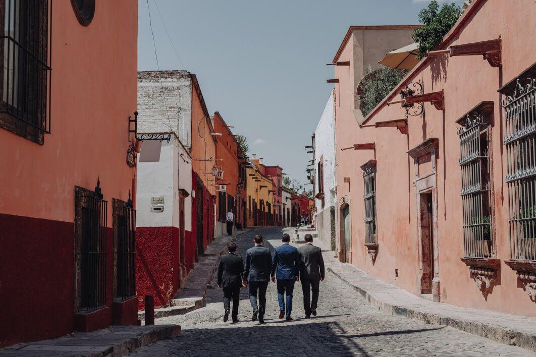 033-groomsmen-San-Miguel-de-Allende-1062x708